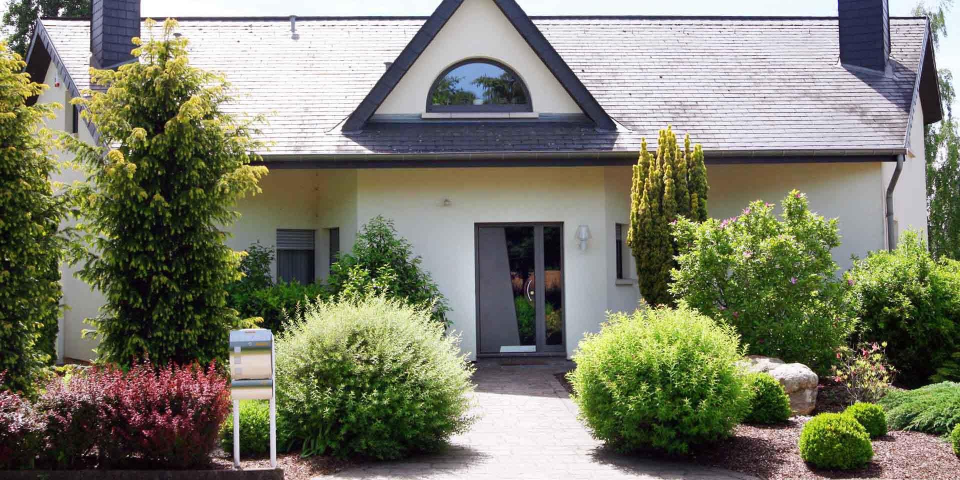 COPLANING S.A. – Schräge Haustür & Halbmond-Fenster
