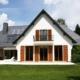 Rückseite eines großen weißen Hauses mit Coplaning Holzfenster und Fenstertüren mit Klappläden aus Holz mit integrierten Jalousien.