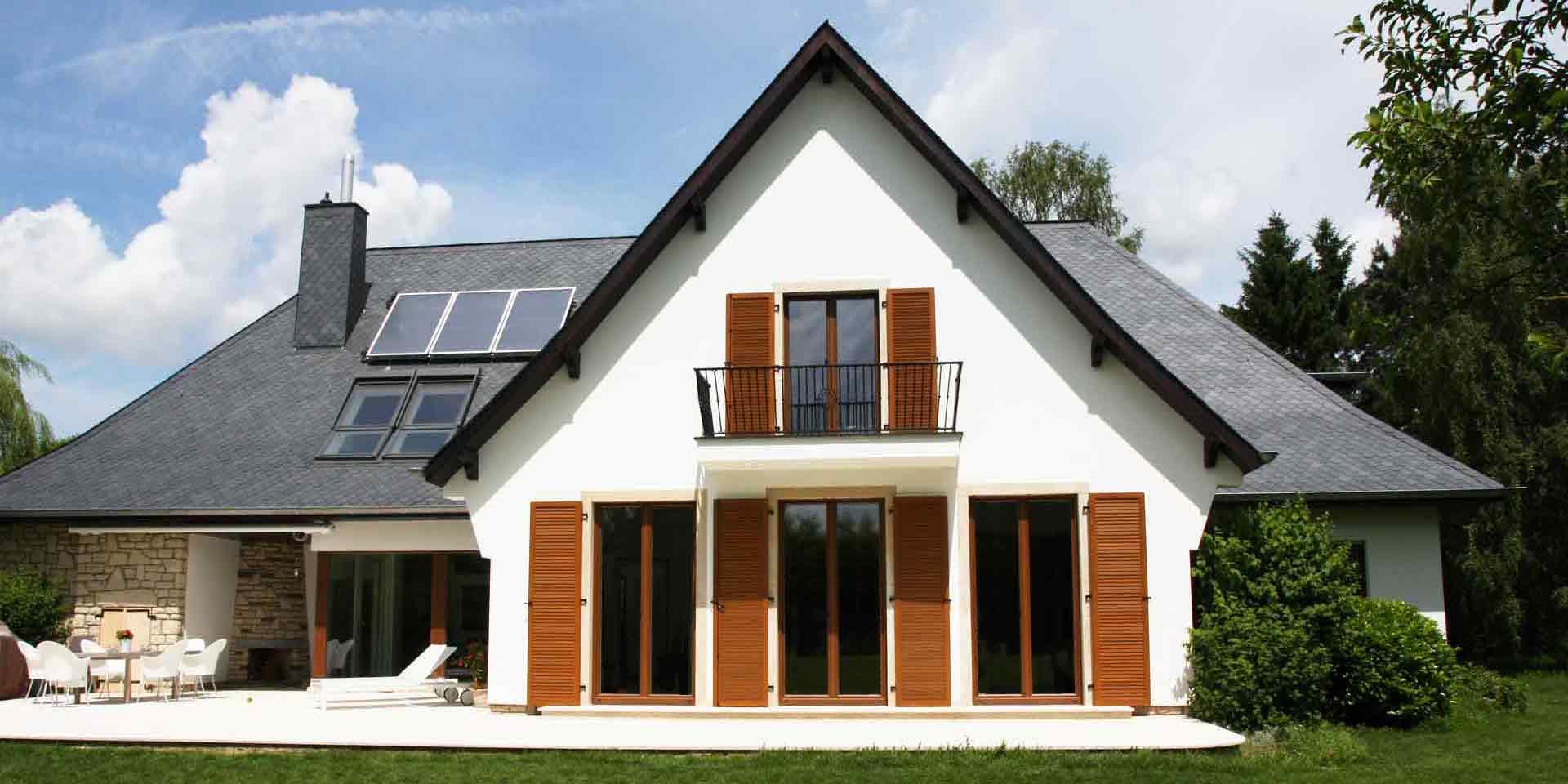 Coplaning S A Extravaganz Mit Holzfenstern Und Klappladen