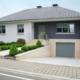 Weiß- graues Einfamilienhaus mit grauer Coplaning Haustür mit Glasseitenteil und grauen Coplaning Alu Jalousiefenster.