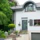Weiß- graues Einfamilienhaus mit moderner grauer Coplaning Haustür, grauen Coplaning Alu Fenster und einem grauen Coplaning Garagentor.