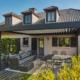 Rückseite des leicht pinken Einfamilienhauses in Dudelange mit einem grauen Coplaning Aluminium Quadrato mit offenen Lamellendach.