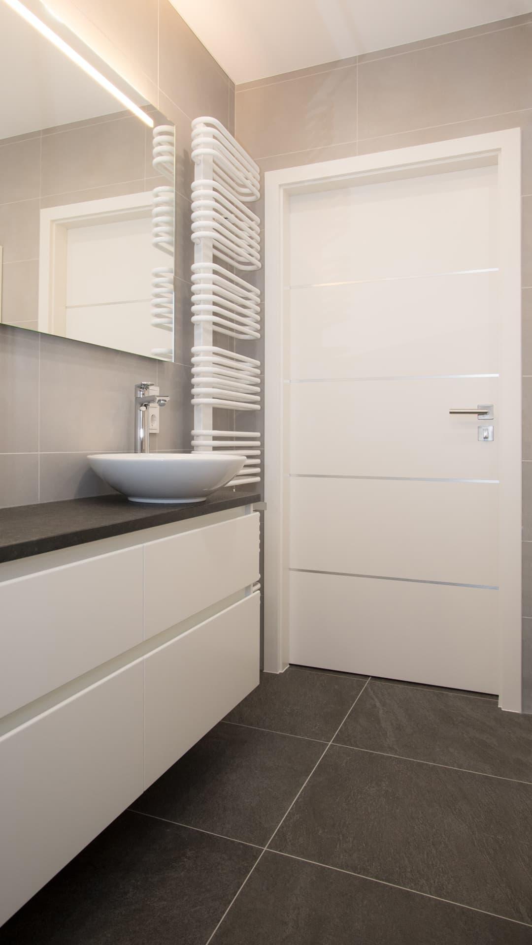COPLANING S.A. – Kleines Badezimmer modern u. hell renovieren